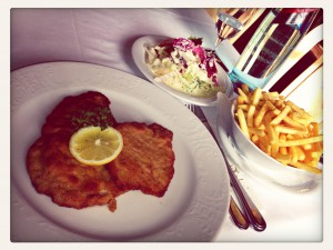 Schnitzel mit Pommes und Salat in der Hauserei